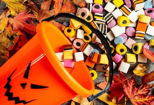 Cukierek albo psikus dyniowe wiadro z boku do zbierania cukierków na halloween