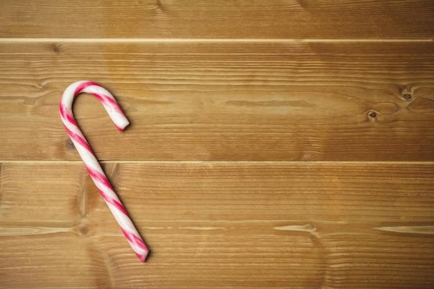 Cukierek trzcina na drewnianym stole