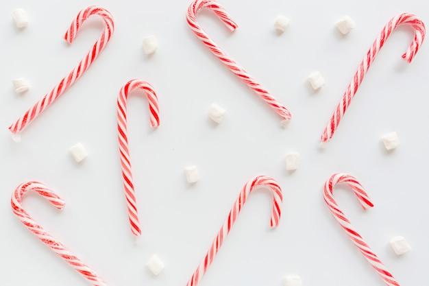 Cukierek trzciny i marshmallows na bielu