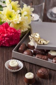 Cukierki czekoladowe i kwiaty