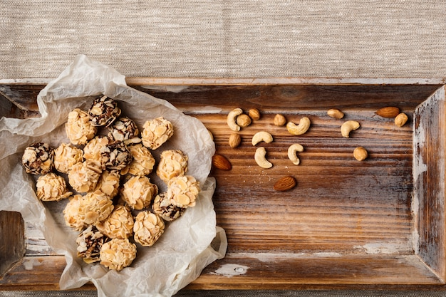 Cukierki czekoladowe i orzechy na worze