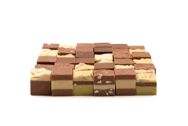 Cukierki czekoladowe na białym tle