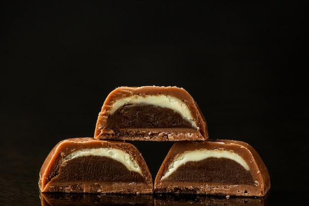 Cukierki czekoladowe na ciemnej powierzchni