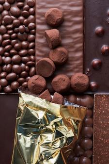 Cukierki czekoladowe pakowane na tle różnych czekolad