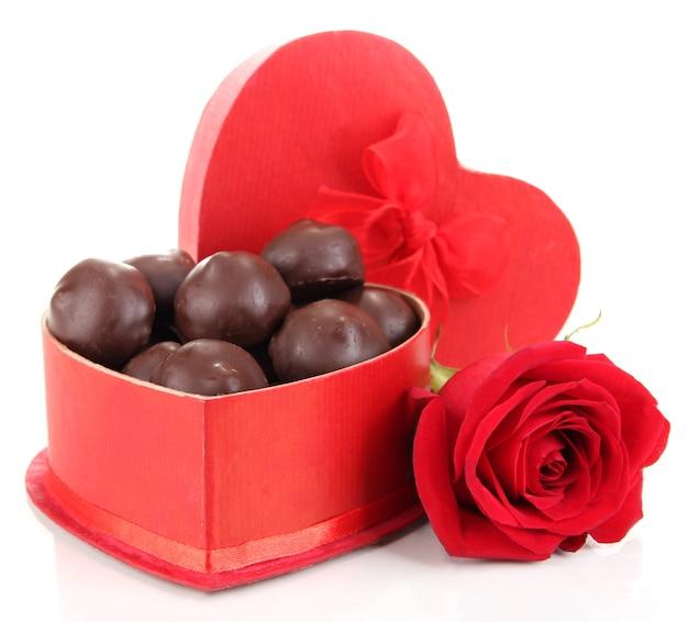Cukierki czekoladowe w pudełku prezentowym, na białym tle