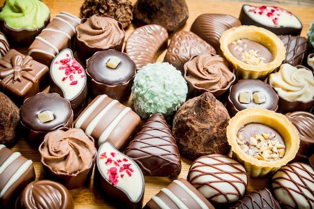 Cukierki czekoladowe z orzechami i różnymi nadzieniami. selektywna ostrość.