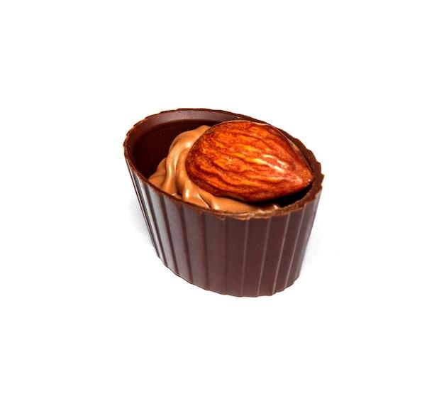 Cukierki czekoladowe ze śmietaną i orzechami migdałowymi na białym tle izolowane pomysł na deser w restauracji