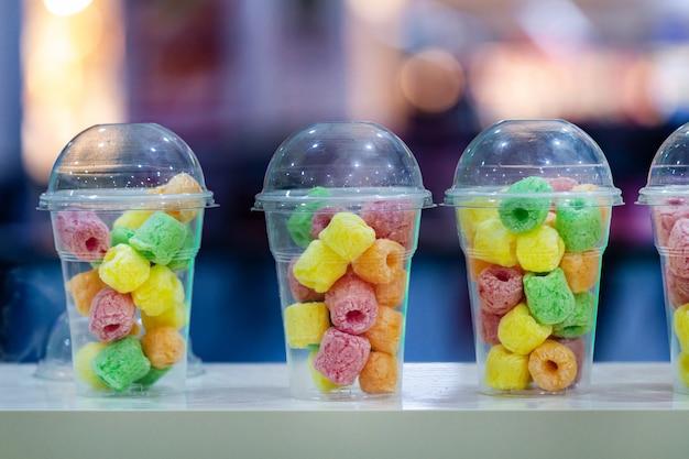 Cukierki do żucia i marmolady w filiżance w barze