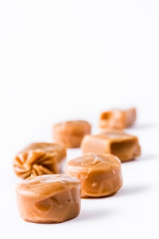 Cukierki karmelowe toffi na białym tle
