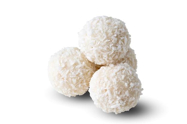 Cukierki kokosowe na białym tle
