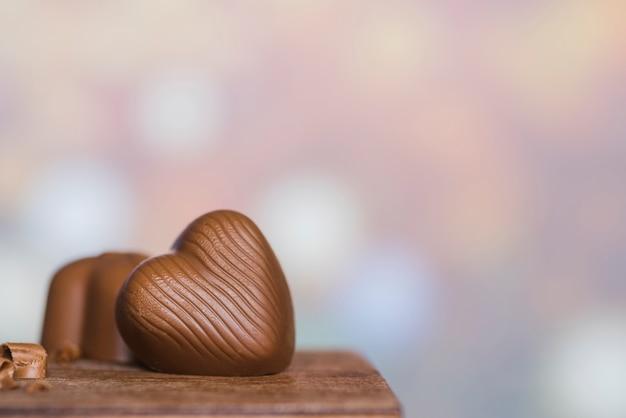 Cukierki na drewnianym stole