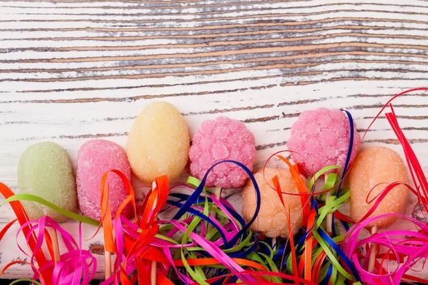 Cukierki na drewnianym tle chorągiewki i jasne słodycze wprowadzają świąteczny nastrój i radość