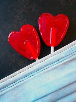 Cukierki w kształcie serca i masce, miłość w pandemii