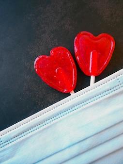 Cukierki w kształcie serca i maska z miejsca na kopię
