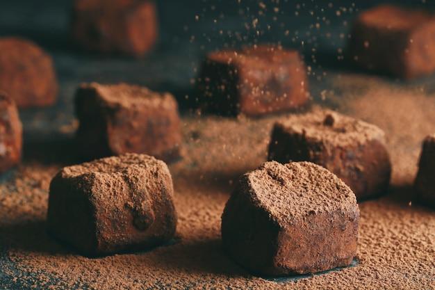 Cukierki z ciemnej czekolady w proszku kakaowym