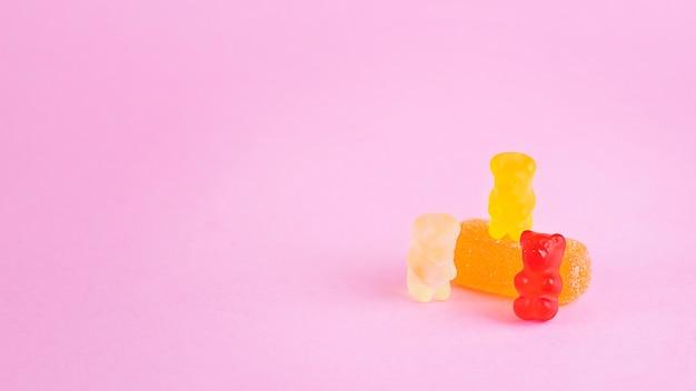 Cukierki z gumowatych misiów na różowym tle