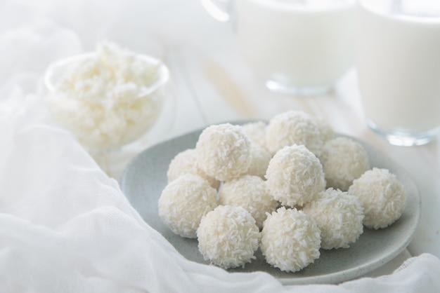 Cukierki z twarogu kokosowego na stole