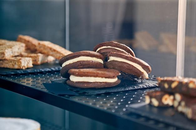 Cukiernia. różne ciasta. prezentacja słodkich ciast i wypieków. konopie kawiarni. włoska cukiernia. jedzenie w restauracji. stonowane zdjęcie. skopiuj miejsce