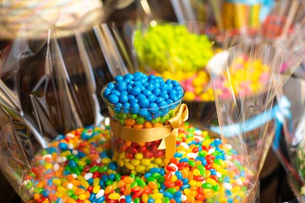 Cukiernia w stylu retro. kolorowe cukierki i słodycze w drewnianych beczkach.