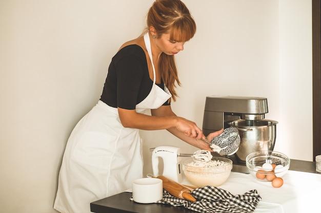 Cukiernik dziewczyna przygotowuje ciasto