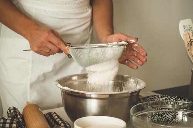 Cukiernik dziewczyna przygotowywa tort