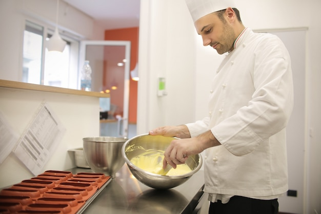 Cukiernik przygotowuje krem do ciasta