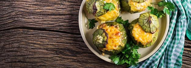 Cukinia faszerowana mielonym mięsem, serem i zielonymi ziołami. pieczone w piekarniku. transparent.