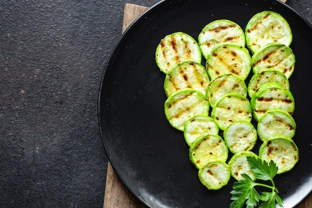 Cukinia grillowana przekąska warzywna przekąska na stole wegetariańska wegańska lub wegetariańska