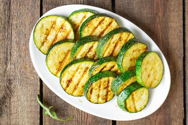 Cukinia grillowane warzywa zdrowa przekąska warzywna na stole kopia przestrzeń jedzenie tło rustykalne