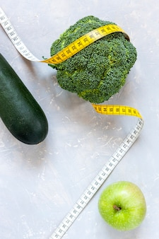 Cukinia, zielone jabłko i brokuły i centymetr. świeże owoce i warzywa