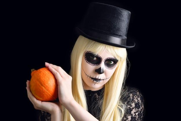 Cukrowa czaszka dziewczyna z blondynem w czarnym kapeluszu z dynią