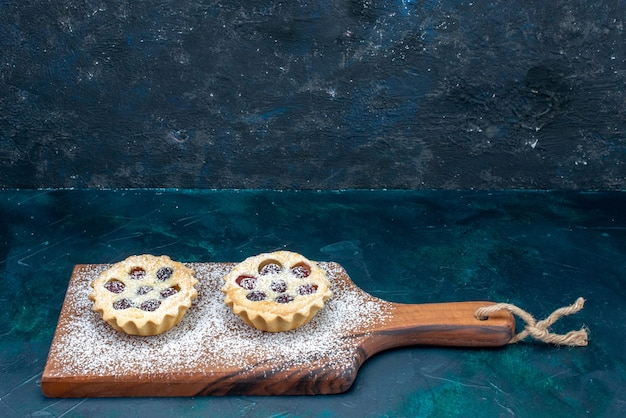 Cukrowe ciastka w proszku mało uformowane z owocami na granatowo