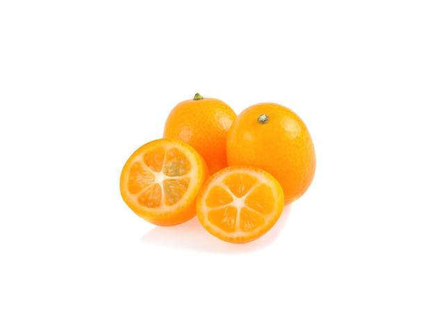 Cumkwat lub kumkwat z połową na białym tle