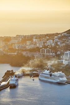 Cumowane statki w zatoce funchal na maderze w portugalii