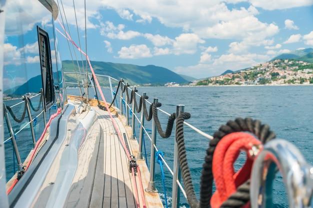 Cumowanie jest ustalane na szynach podczas ruchu jachtu. czarnogóra, morze adriatyckie.