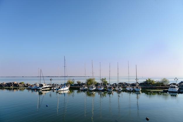 Cumowanie klubu jachtowego