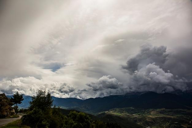 Cumulonimbus w serra del cadi, cerdanya, pireneje, hiszpania