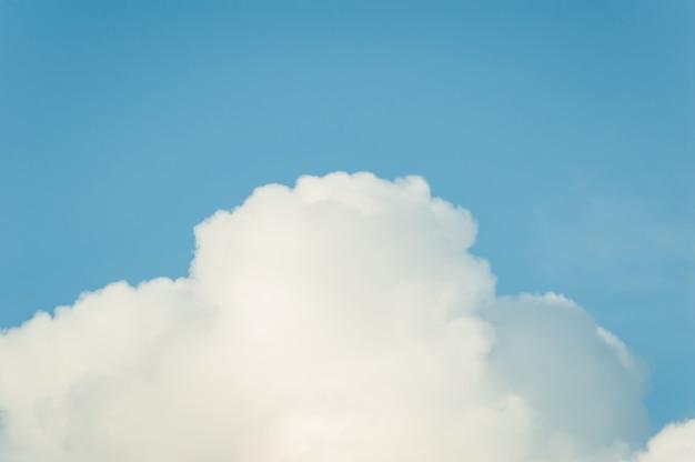 Cumulus chmury w jasnym niebieskim niebie.
