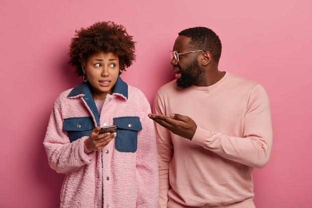 Curly afro kobieta czuje się winna uzależnienia od technologii