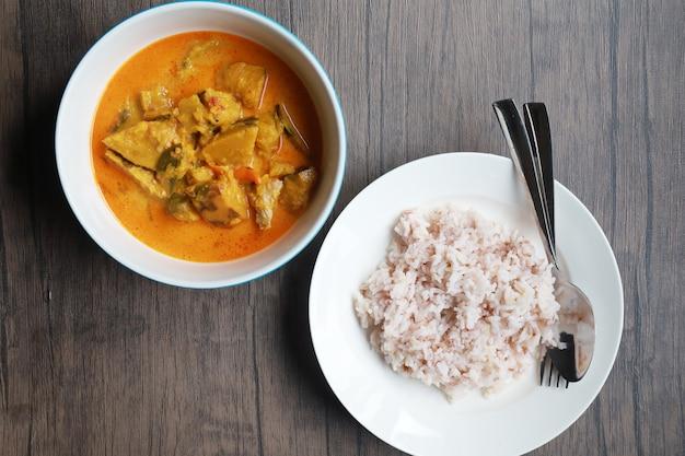 Curry bania w białym pucharze na drewnianym stole