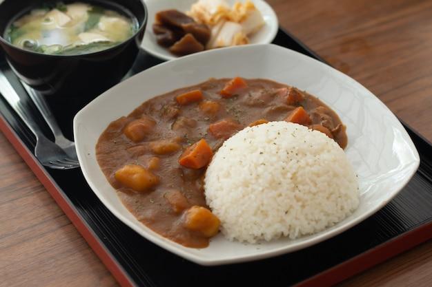Curry ego ryżu, japońskie jedzenie na drewnianym stole