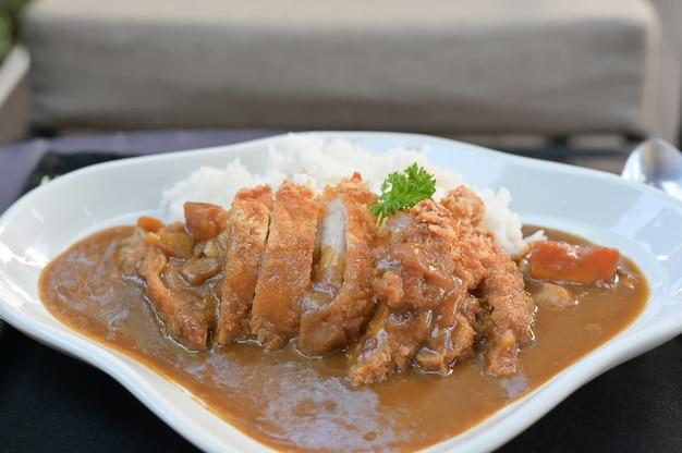 Curry i ryż z smażonymi wieprzowina japońskim jedzeniem.