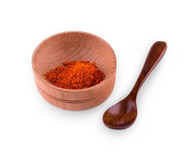 Curry w proszku w misce na białym stole
