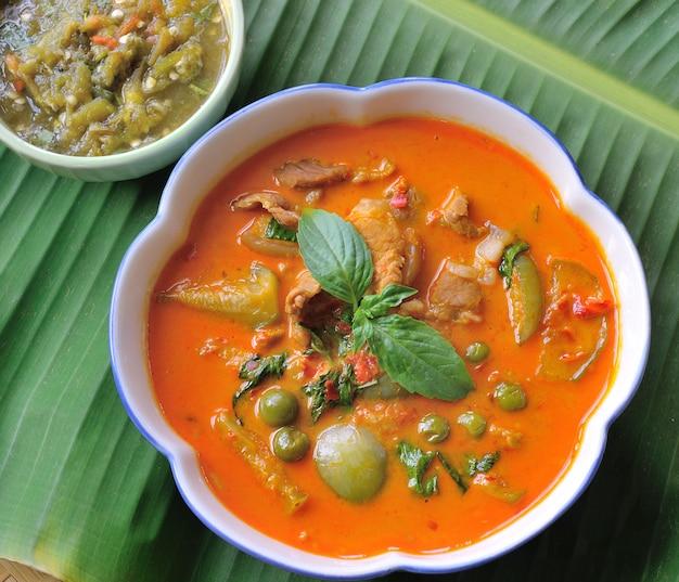 Curry wieprzowe, dania kuchni tajskiej