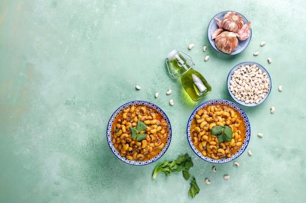 Curry z czarnooką fasolą, kuchnia indyjska.
