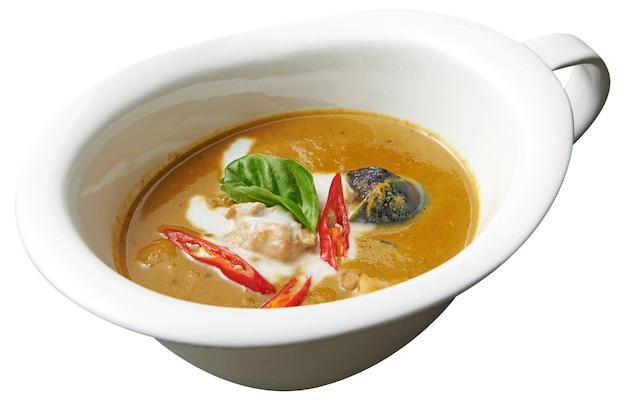 Curry z kurczaka na białym tle