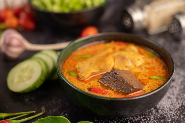 Curry z kurczaka w czarnej filiżance.
