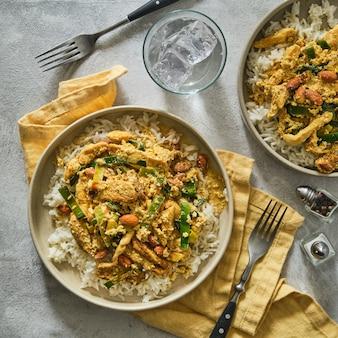 Curry z kurczaka z ryżem. indyjskie jedzenie.