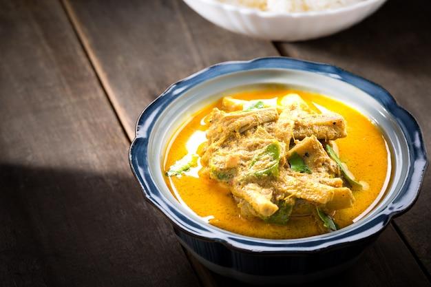Curry z pędów bambusa