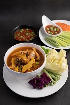 Curry z ryby snakehead w białej misce z pastą chili